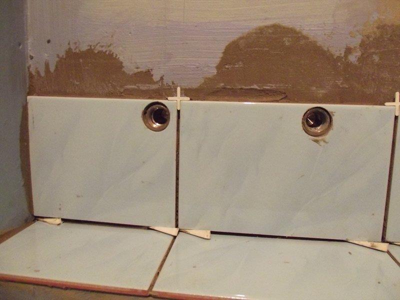 Обратите внимание, как близко к краю выполнено отверстие и кафель не треснул. Это мастерство.