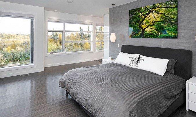 Фото серого ламинат в спальне с большими окнами