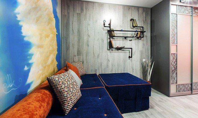Дизайн комнаты для подростка: серое напольное покрытие, яркая мебель, полка для книг в стиле стим-панк