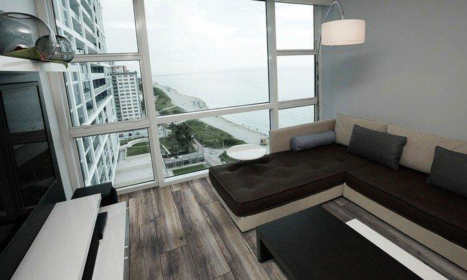 Темно-серый ламинат в квартире с панорамными окнами с видом на побережье