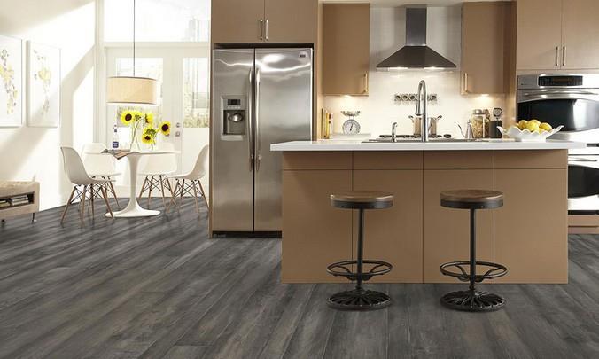 Фото ясеневого ламината серого цвета на кухне городской квартиры