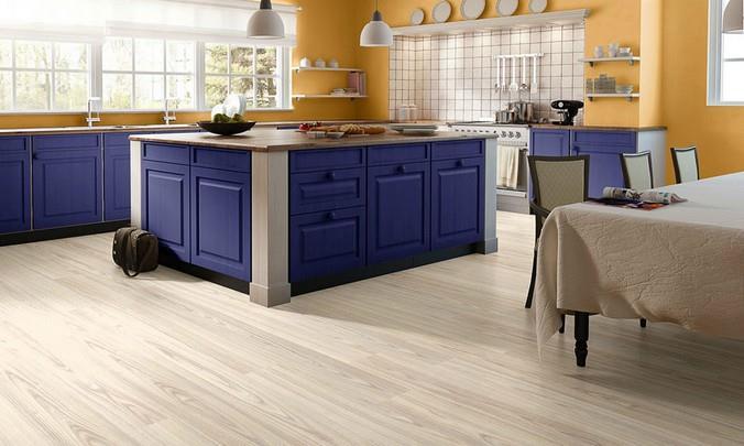 Ясеневый ламинат для кухни в сине-оранжевых цветах