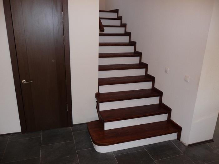 На фото лестница, покрытая ламинатом