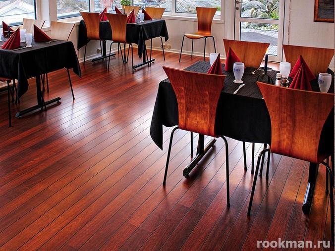 Фото красного напольного покрытия в интерьере кафетерия