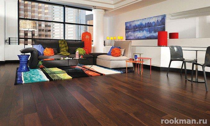 Фото темно-коричневого ламината в интерьере гостиной