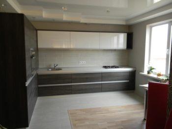 Ламинат и плитка на кухне с зонирование столовой зоны
