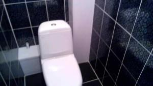 Отделанный кафелем туалет