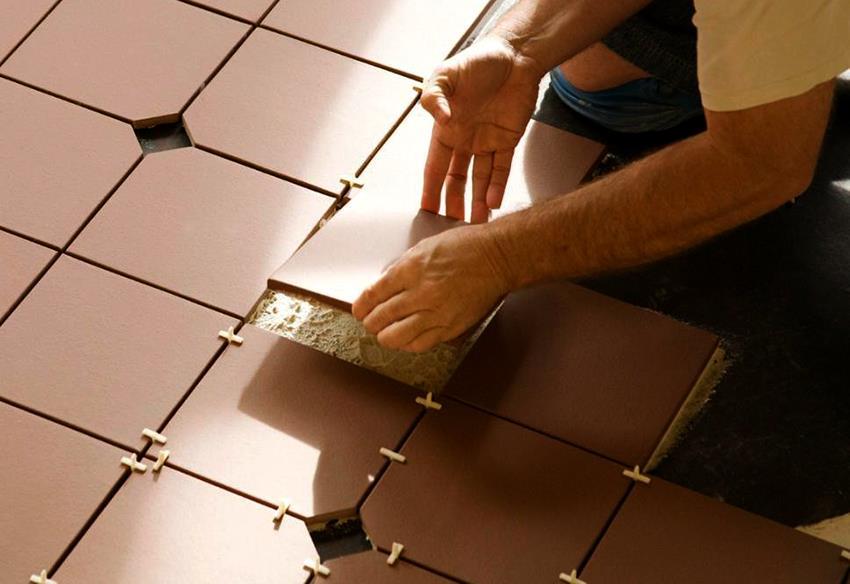 Чтобы швы были ровными необходимо всегда ставить специальные крестики между плитками