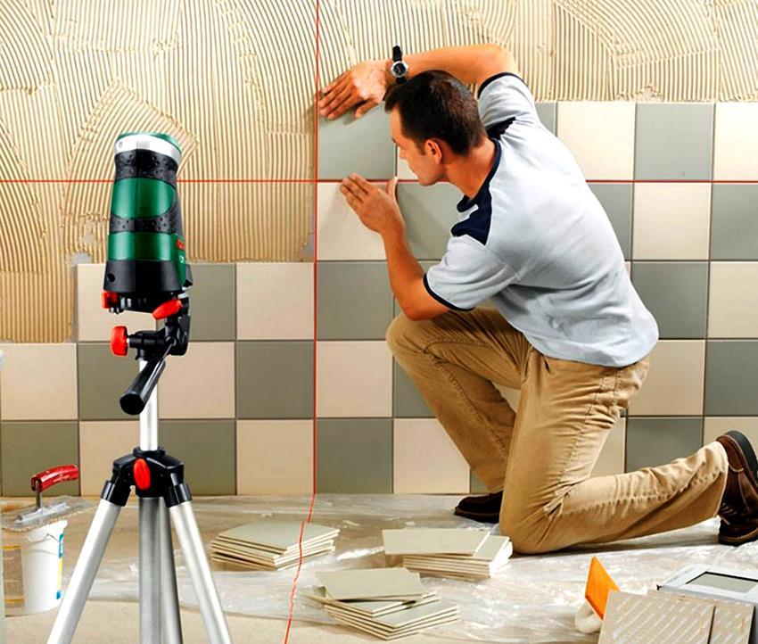 Монтаж кафеля на стены необходимо выполнять снизу вверх, но со второго ряда