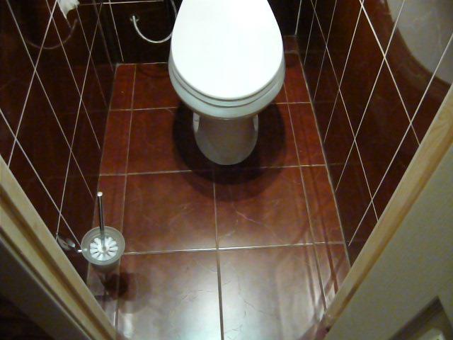 Клеим кафель в туалете