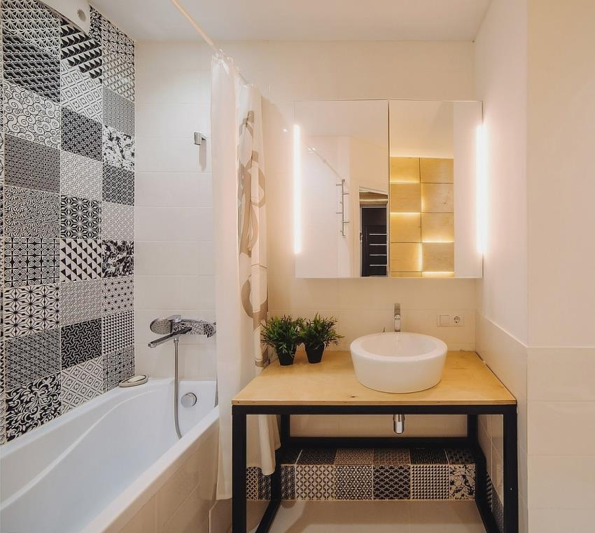 Пример правильной комбинации черно-белой плитки и материалов теплых оттенков, что позволило создать уютный дизайн интерьера ванной комнаты