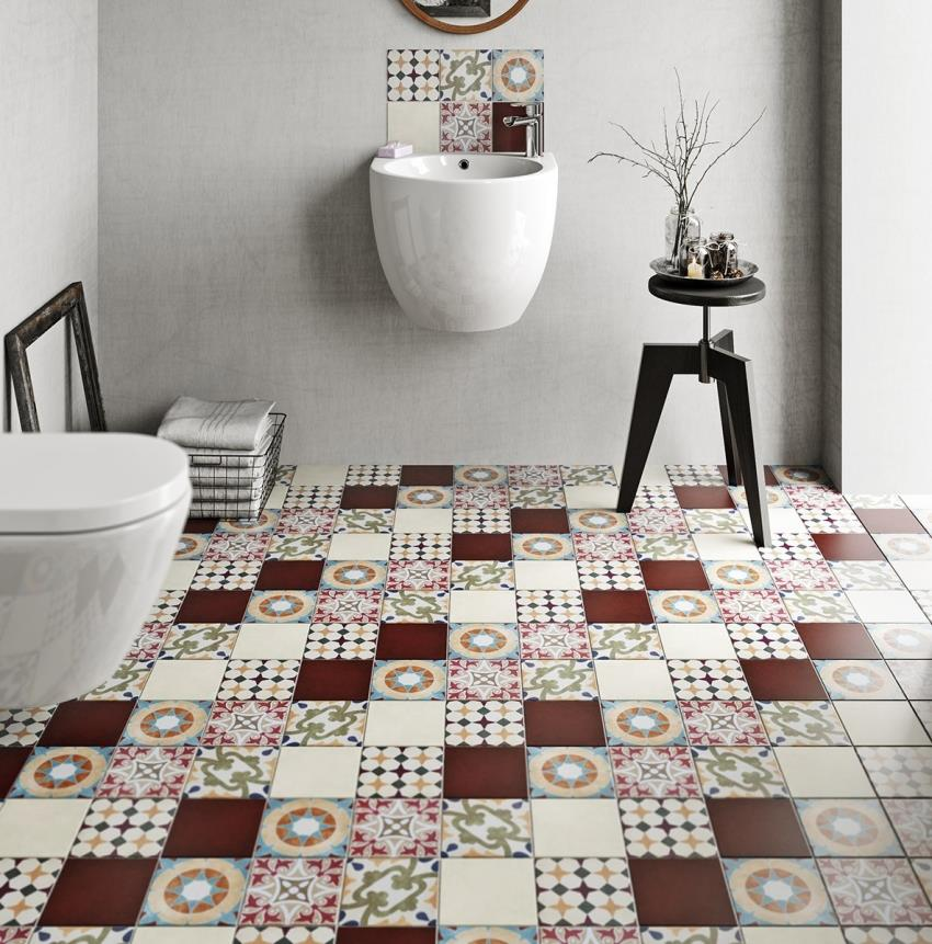 Интерьер ванной, оформленной в светлых оттенках, можно выгодно подчеркнуть с помощью плитки контрастных оттенков