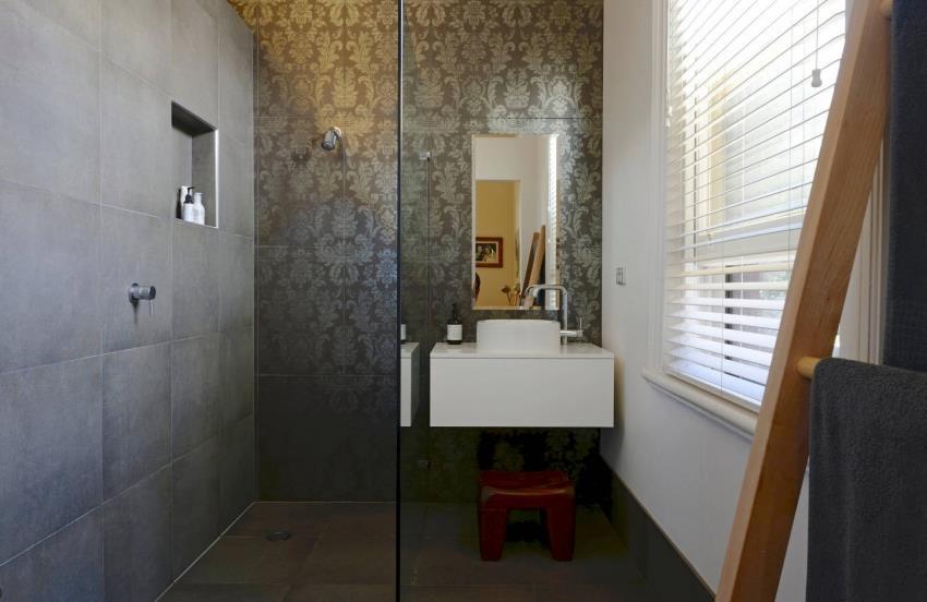 При использовании плитки с имитацией натурального камня, важно заранее продумать цветовую гамму оформления, чтобы помещение выглядело гармонично