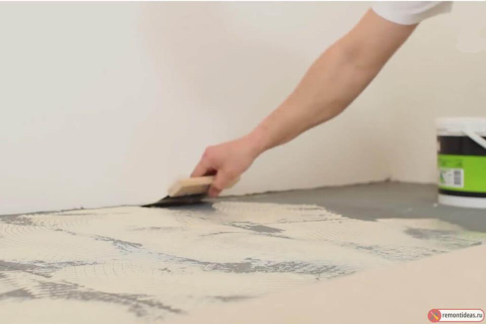 Нанесение клея на пол для настила напольного покрытия