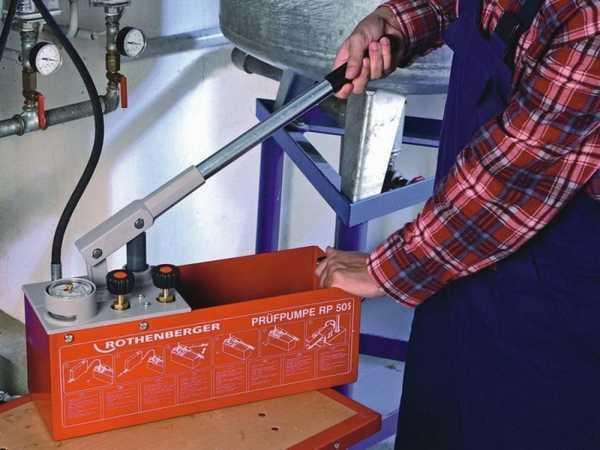 Ручное устройство для опрессовки систем водоснабжения, при помощи которого закачивают теплоноситель в систему теплого пола