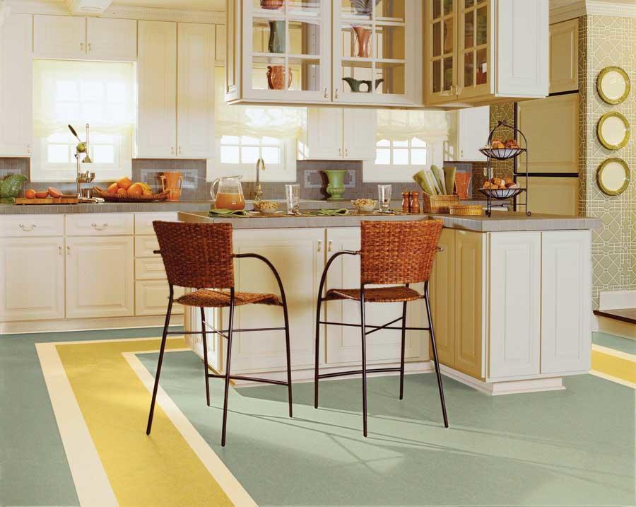 Пол на кухне должен не только быть ударопрочным, но и легко поддаваться уборке