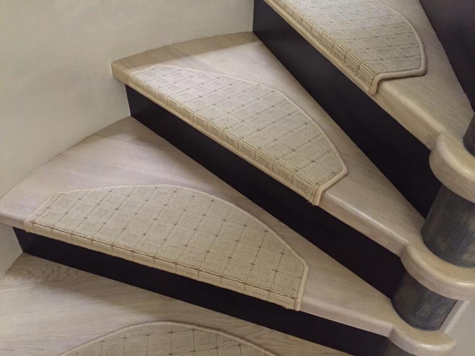 Сделать коврики для ступеней самостоятельно можно из старого коврового покрытия