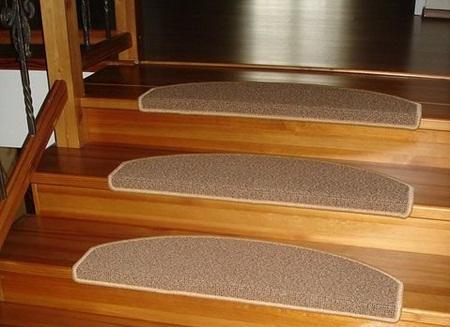 Накладки на ступени из ковролина делают лестницу более безопасной и красивой