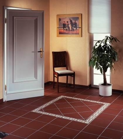 Бордовая плитка в на полу в прихожей