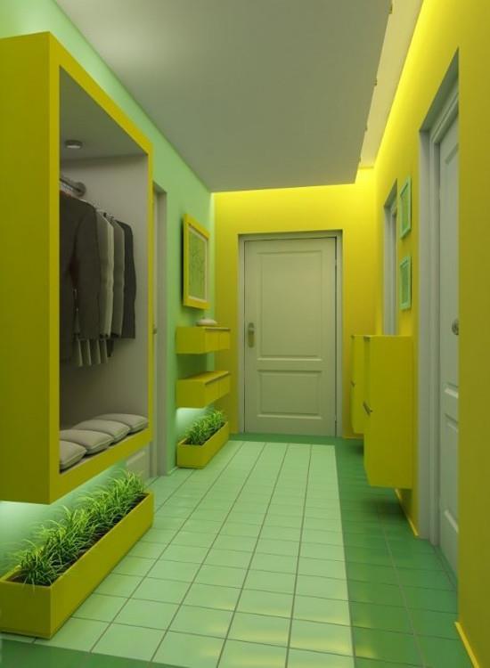 Зеленый пол в яркой прихожей