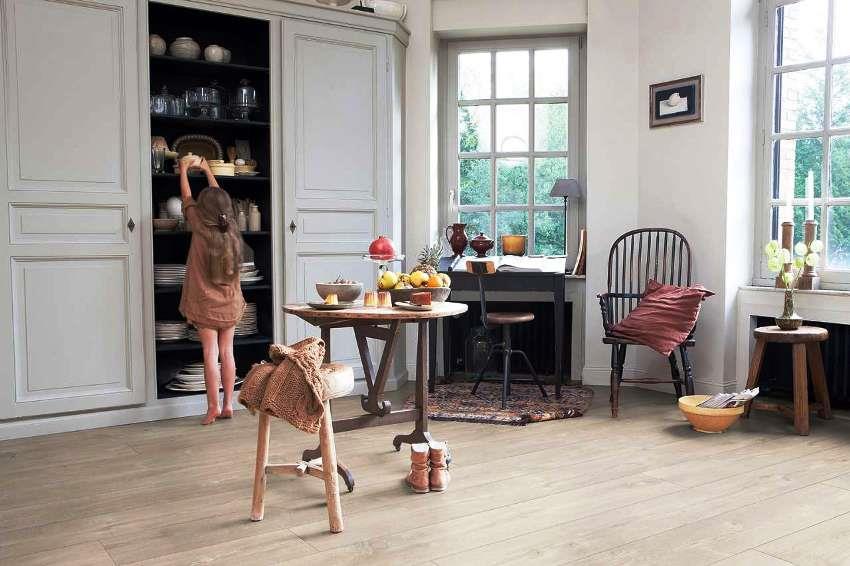 Ламинат на кухню лучше выбирать с шероховатой поверхностью