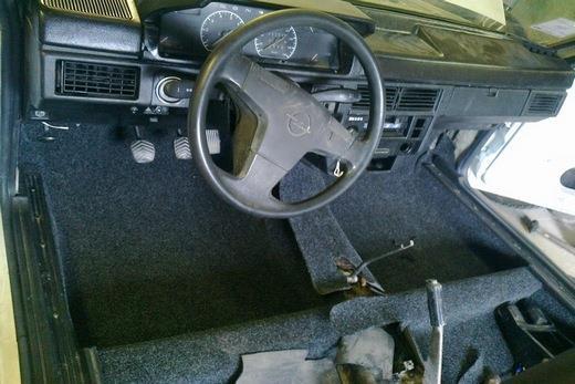 На резиновой основе ковролин в машине