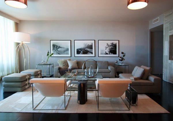 Светлый ламинат в интерьере гостиной в стиле контемпорари
