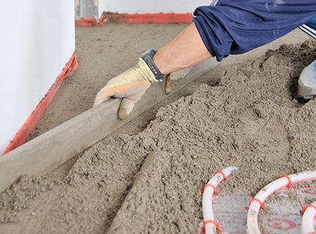 Укладка раствора для бетонной стяжки