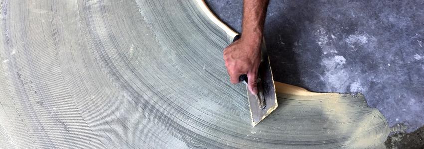 Мастики бывают с разными составами, для приклеивания линолеума к бетонному полу наиболее подходит дисперсионный