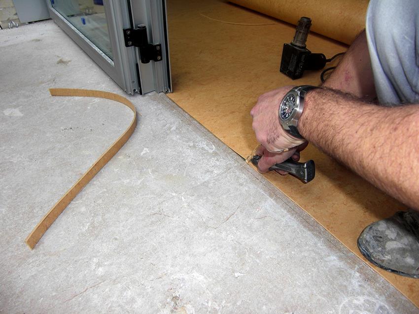 Чтобы рассчитать цену укладки 1 кв. м линолеума нужно сложить стоимость всех необходимых для работы материалов