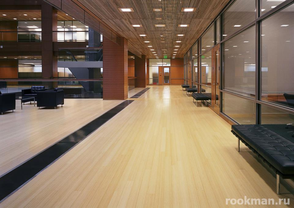 Износоустойчивый ламинат в большом офисном центре
