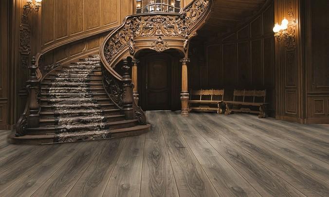 Темное ламинированное напольное покрытие в холле старинного особняка
