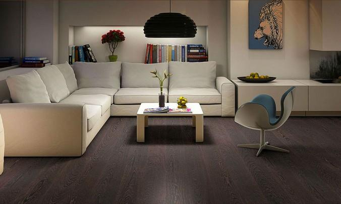 Темные ламинированные полы под венге в сочетании со светлыми стенами и белой мебелью