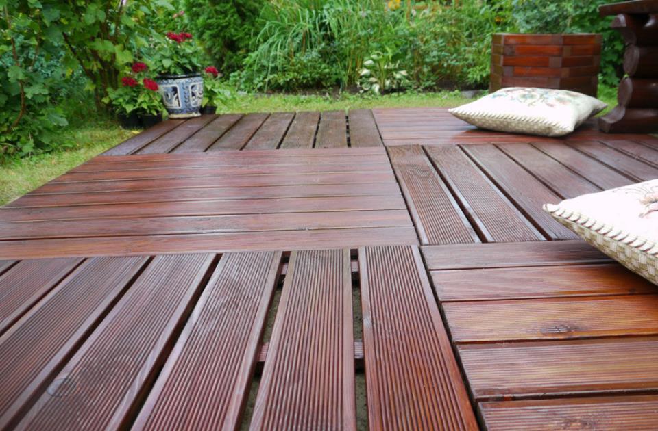 Садовый паркет на утрамбованных в гравий деревянных лагах