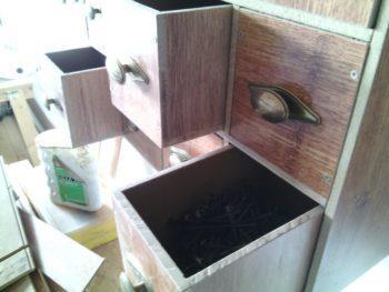 Небольшой подсобный шкаф из остатков панелей