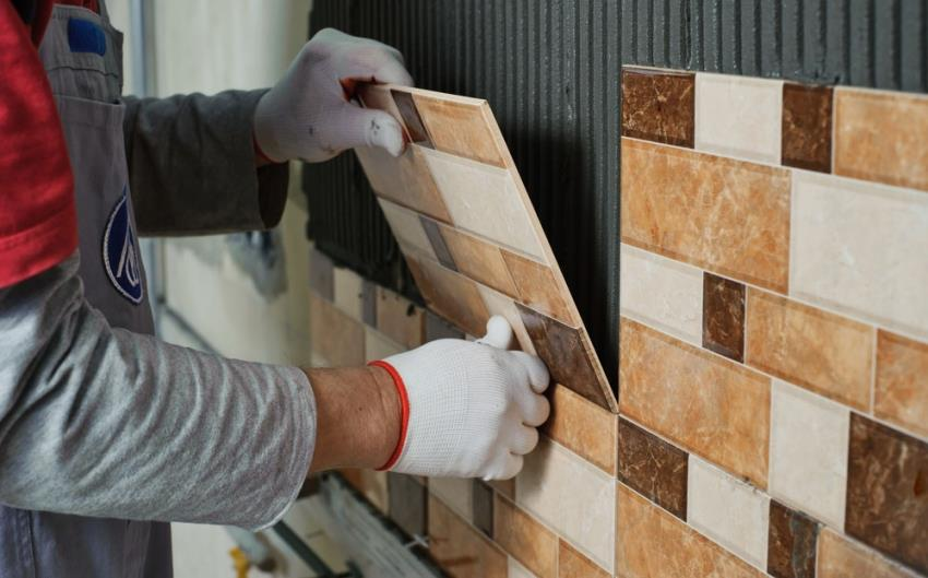 Качество клеящего состава определяет длительность эксплуатации плиточного покрытия, поэтому лучше всего готовить смесь непосредственно перед укладкой