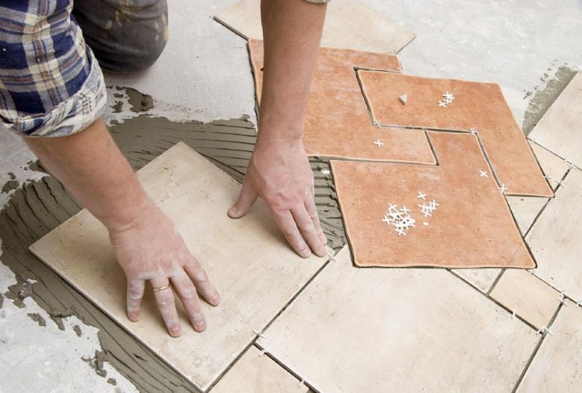 При отделке большого помещения ванной комнаты, клей наносится на небольшие участки и постепенно заполняется плиточным покрытием