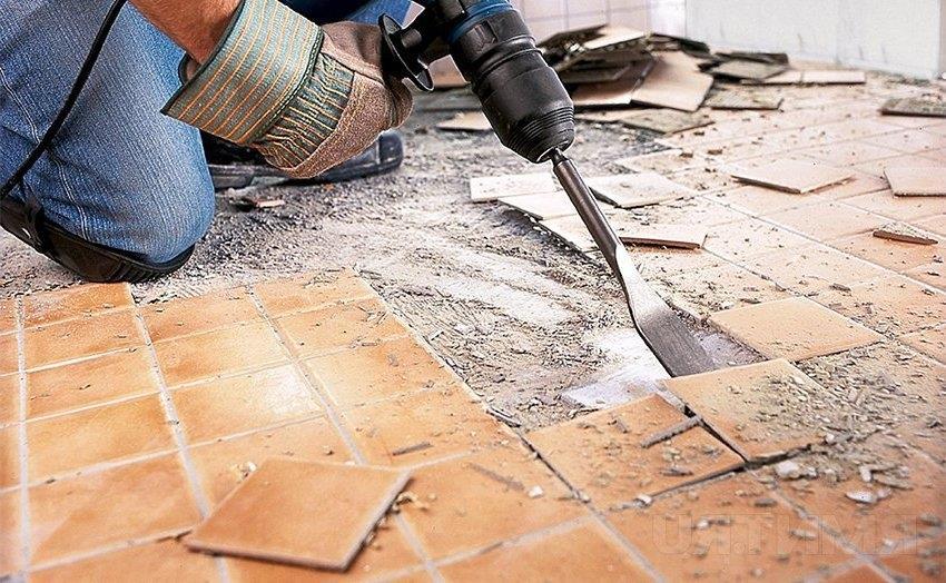 С помощью перфоратора можно быстро удалить старую плитку с поверхности