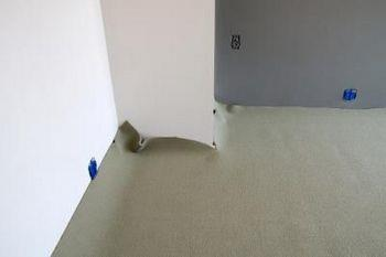 припуск ковролина у стен