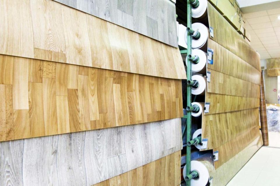 Широкий выбов линолеума в строительном магазине
