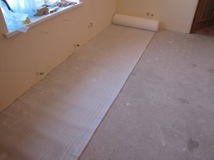 При монтаже ламината на бетонный пол нужно учесть особенности этого основания