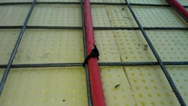 Кабель притянут хомутом из пластика