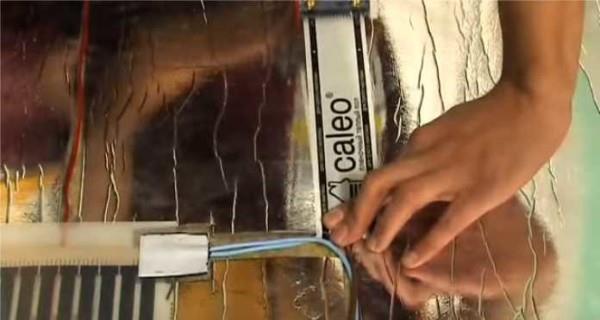 Укладываем провода, заклеиваем сверху скотчем