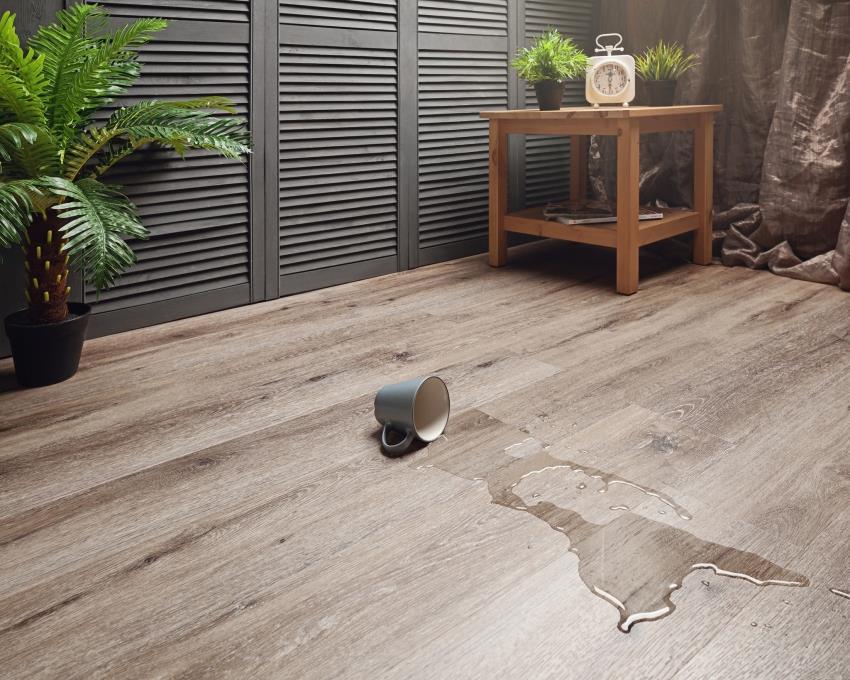 Клеевая кварцвиниловая плитка является одним из лучших решений для напольного покрытия, благодаря наличию множеств положительных свойств, среди которых можно выделить влагостойкость
