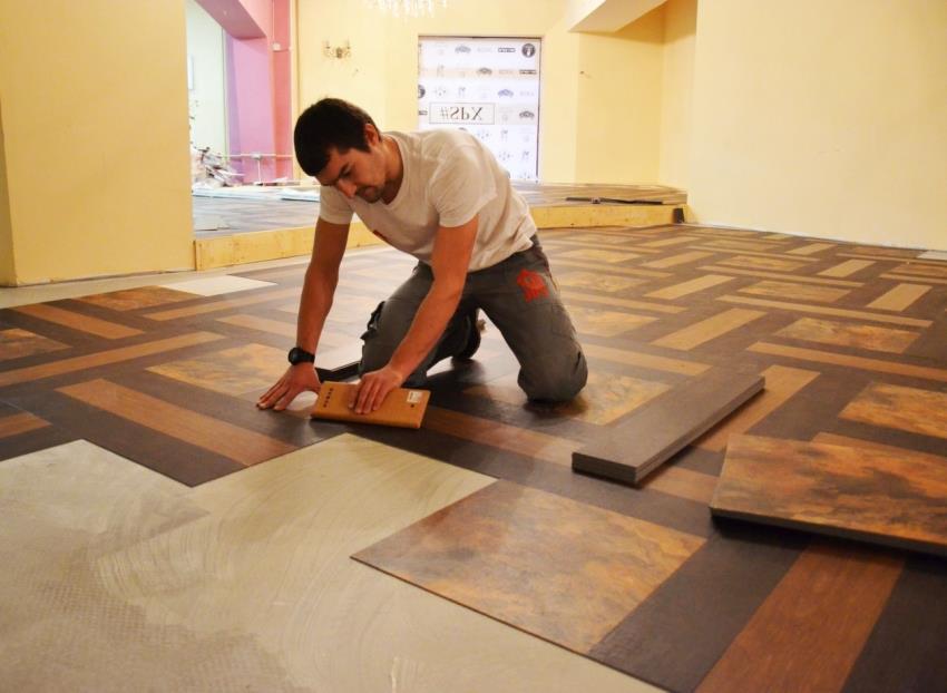 Перед укладкой плитки, основание необходимо очистить и высушить