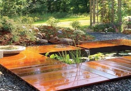 садовый паркет вокруг водоема