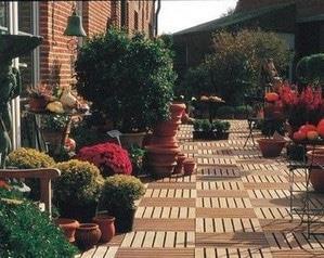садовый паркет перед домом