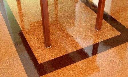 Пробковый пол имеет массу достоинств. Он также производится из природных материалов, теплый, легко монтируется в квартире, служит длительный перио