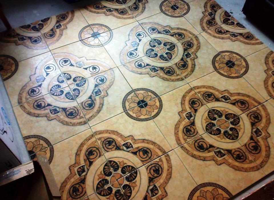 Керамическая плитка на полу в прихожей