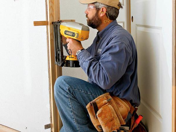 Установка двери при ремонте